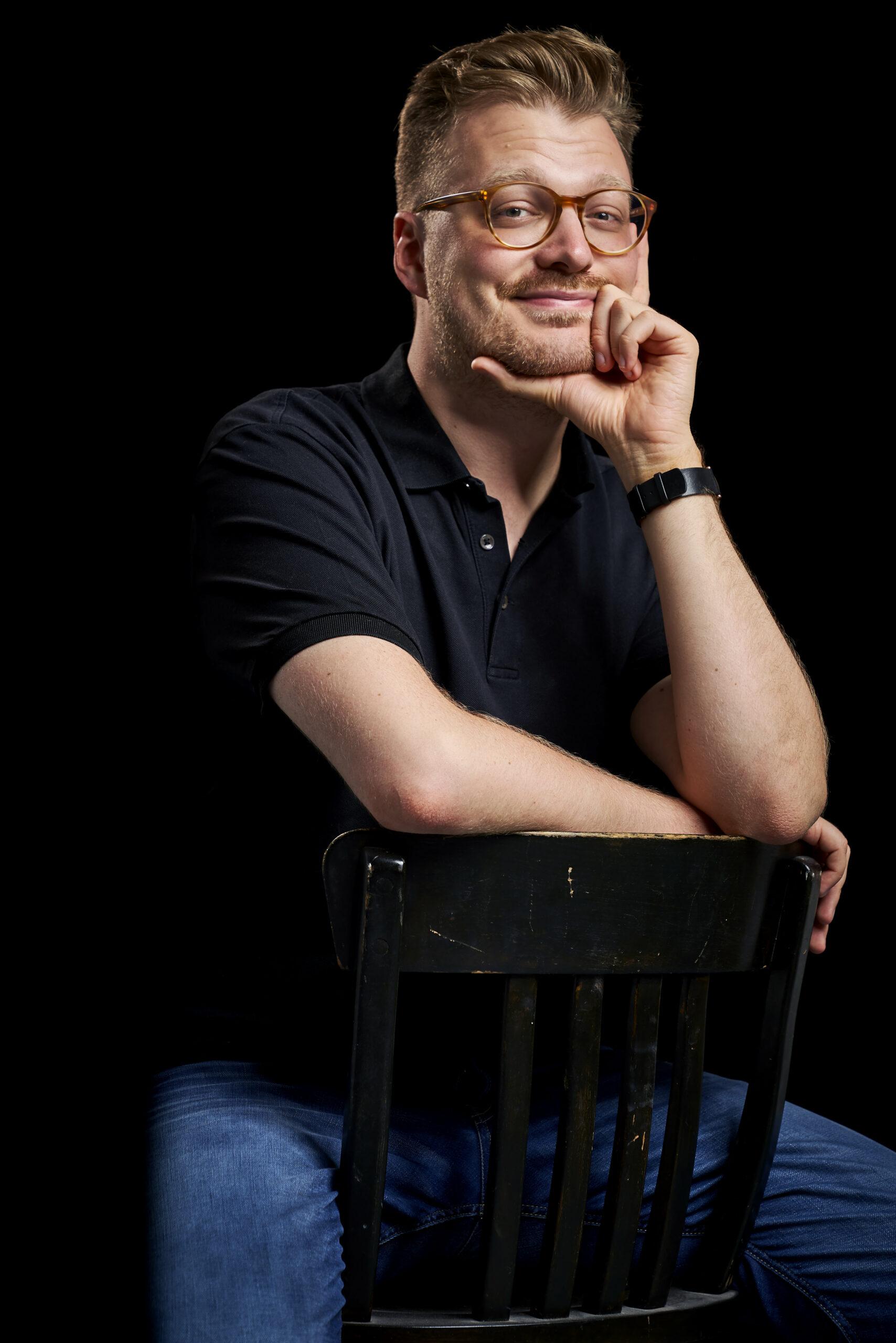 Maxi Gstettenbauer sitzend auf einem Stuhl
