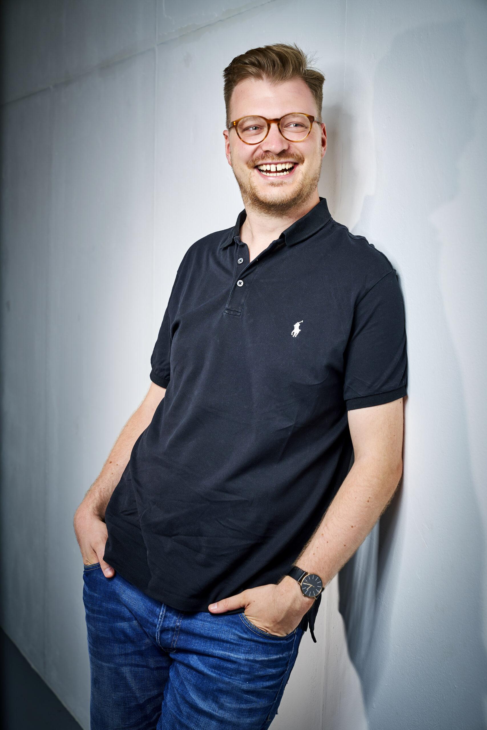 Maxi Gstettenbauer stehend an einer Wand